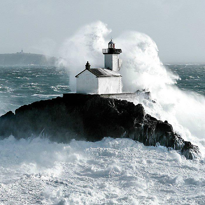 Une vague déferle sur le phare hanté de Tévennec