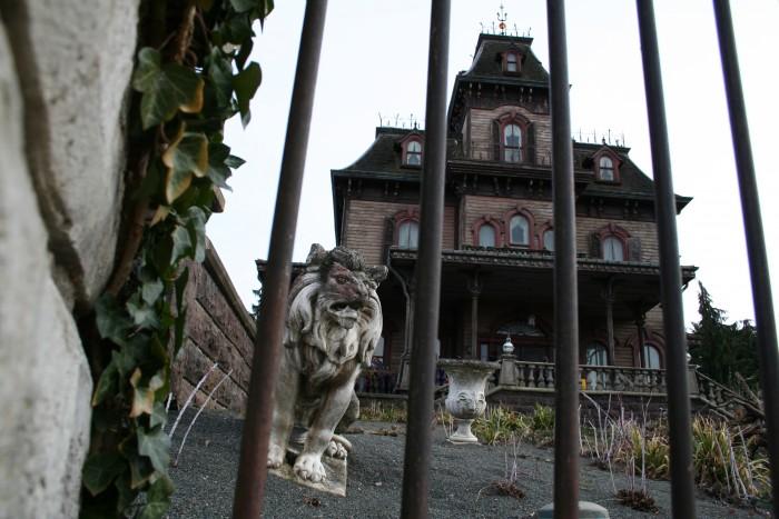 La maison hantée du quartier Pigalle à Paris avec ses statues effrayantes