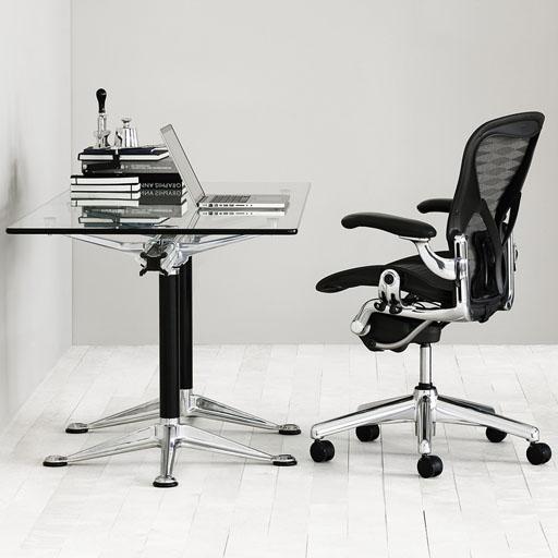 Un bureau avec un fauteuil confortable
