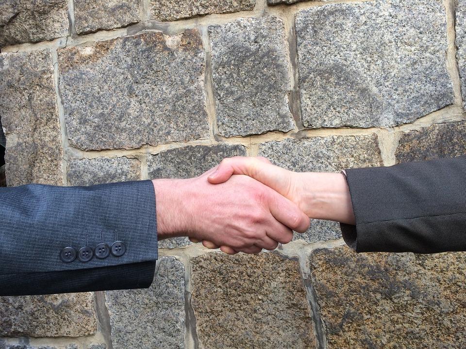 Une bonne poignée de mains pour valider la négociation immobilière