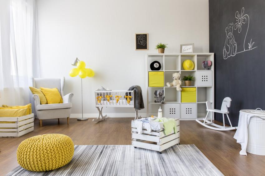 Décoration jaune, noir et blanc dans une chambre de bébé