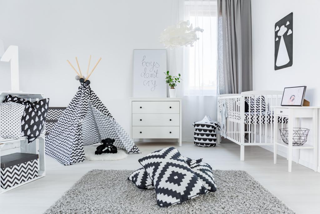 chambre de bébé noir et blanc avec tapis, tipi, commode et lit