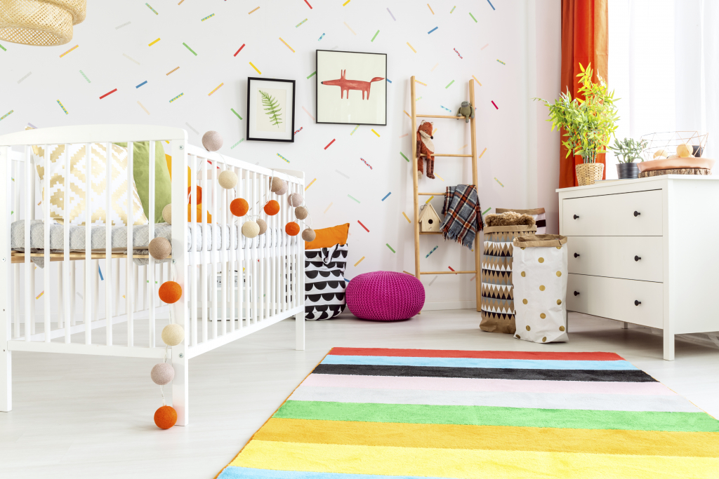 chambre de bébé blanche et decoration multicolore