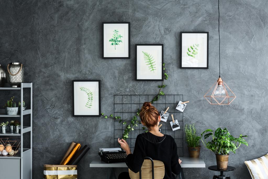 espace de travail avec mood board et mur coloris ardoise