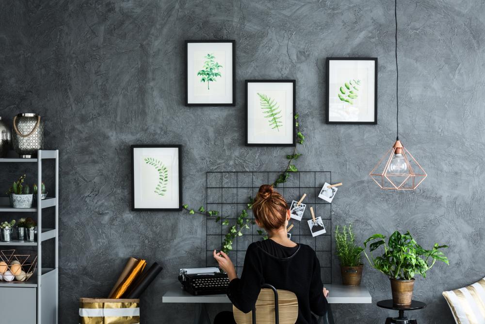 bureau avec mood board et mur coloris ardoise