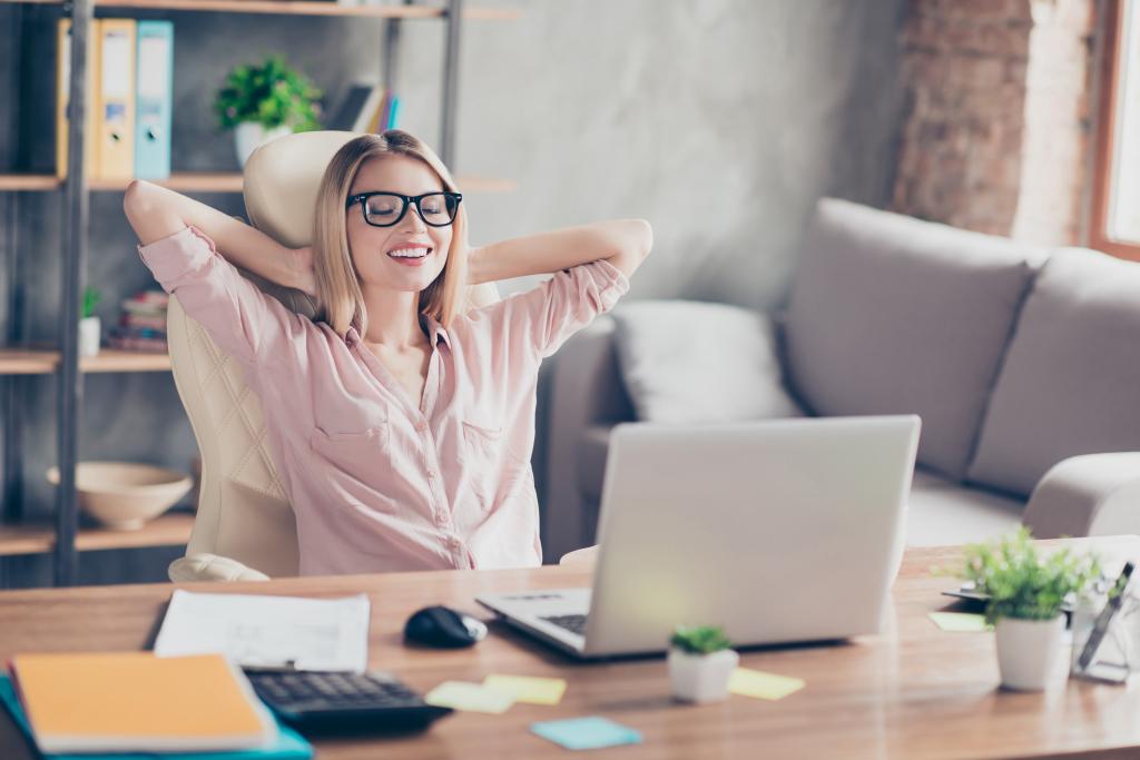 Femem détendue insallée à son bureau