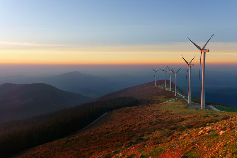 Éoliennes sur une colline