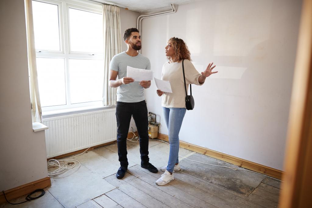 Couple préparant son projet immobilier dans une maison ou un appartement avec travaux