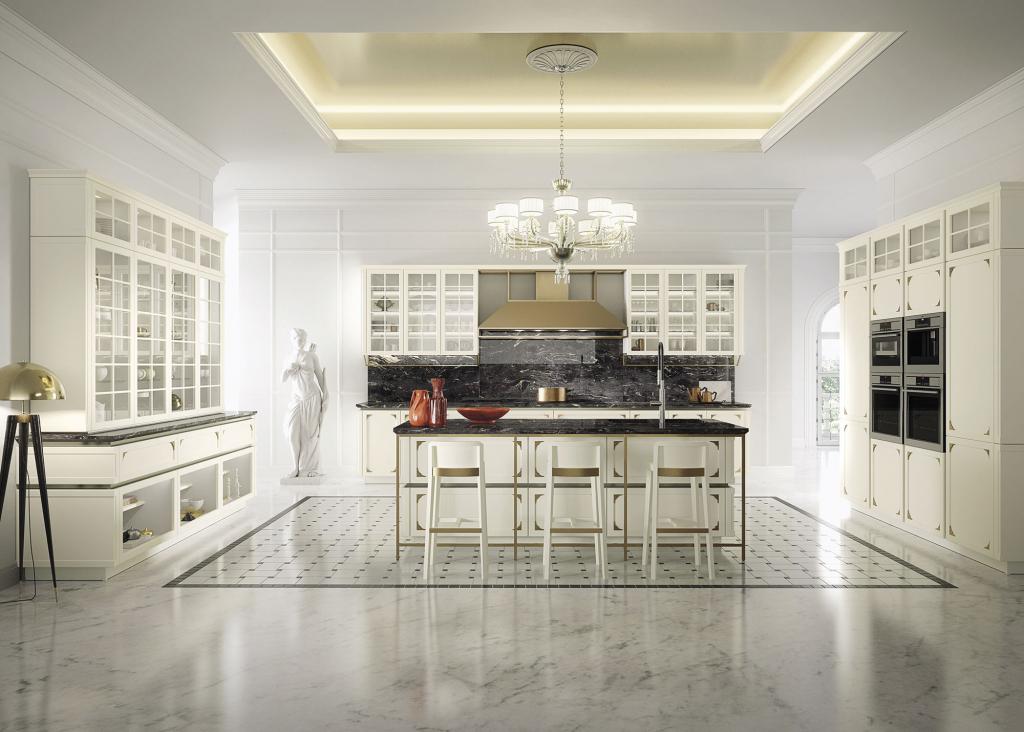 Cuisine Snaidero blanche avec meubles vitrés et plan de travail en marbre noir