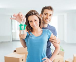 couple avec les clés de son logement