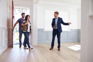 Couple visite une maison pour estimer les travaux à effectuer