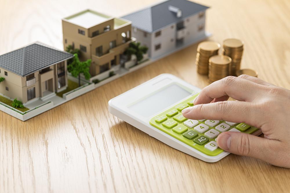 Calculs de coût pour acquérir une maison, ,avec un courtier immobilier pour obtenir le meilleur taux d'emprunt.