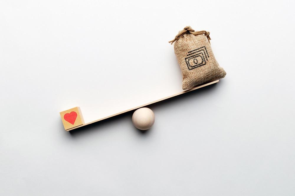 Symboles cœur et argent sur une balance