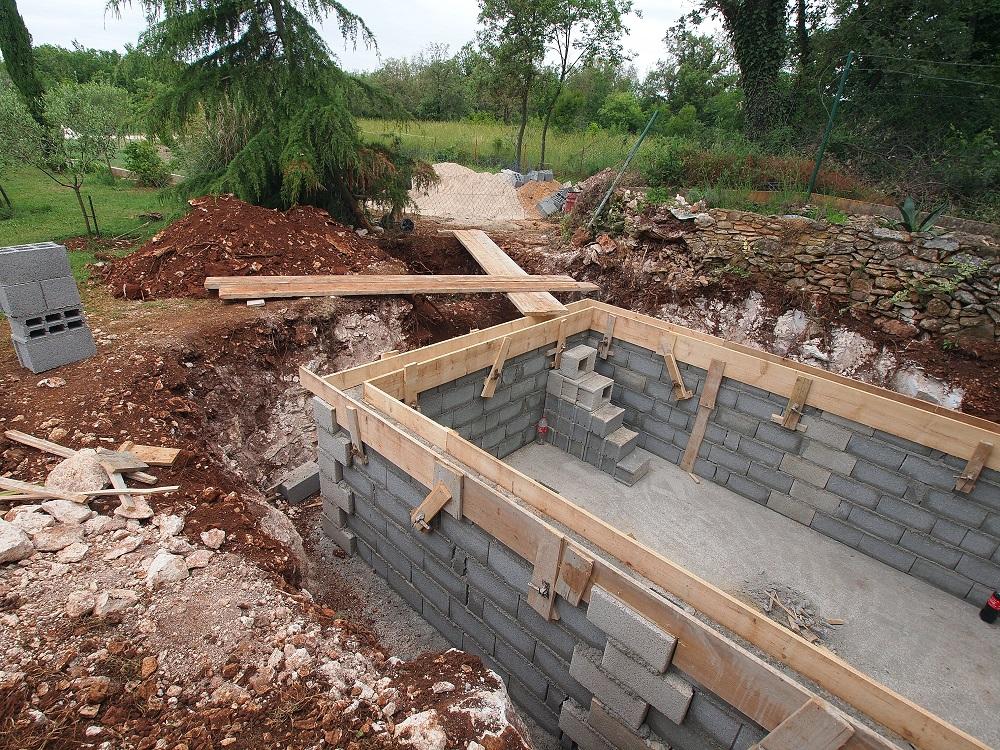 Construction d'une piscine dans un jardin.