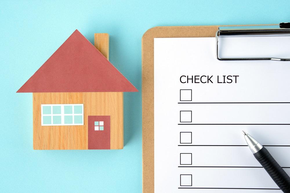 Symbole de maison et carnet de check liste avec stylo