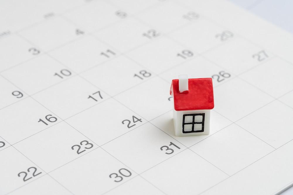 Figurine de maison sur un calendrier