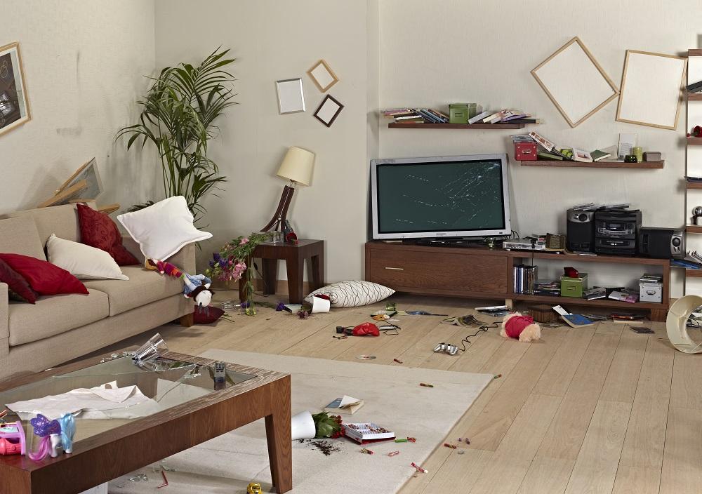 Salon en désordre avec dommages, couvert par la garantie locative