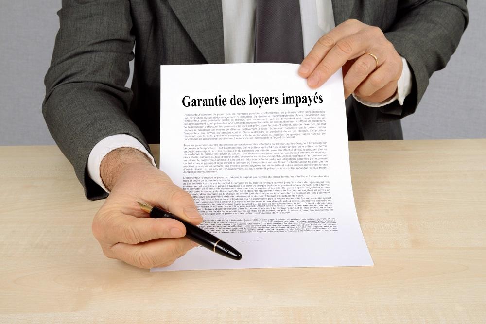 Agent faisant signer la garantie des loyers impayés